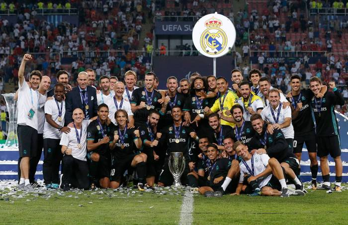 Squad celebrating supercopa.jpg